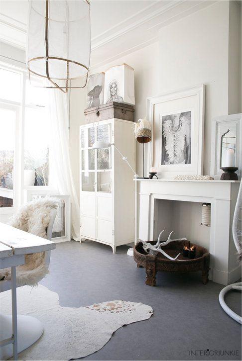 Witte vitrinekast van metaal in witte woonkamer | Pinterest