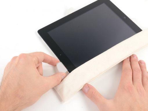 Schritt 19 -       Bewegen Sie das Plektrum entlang des oberen Randes und ziehen Sie es nur ein wenig heraus, um den Sockel der nach vorn gerichteten Kamera zu umgehen.      Falls der Klebstoff zu viel abkühlt, legen Sie den iOpener am oberen Rand des iPad und arbeiten weiter. Wenn die iOpener wieder erhitzt werden muss, stecken Sie es wieder in die Mikrowelle.