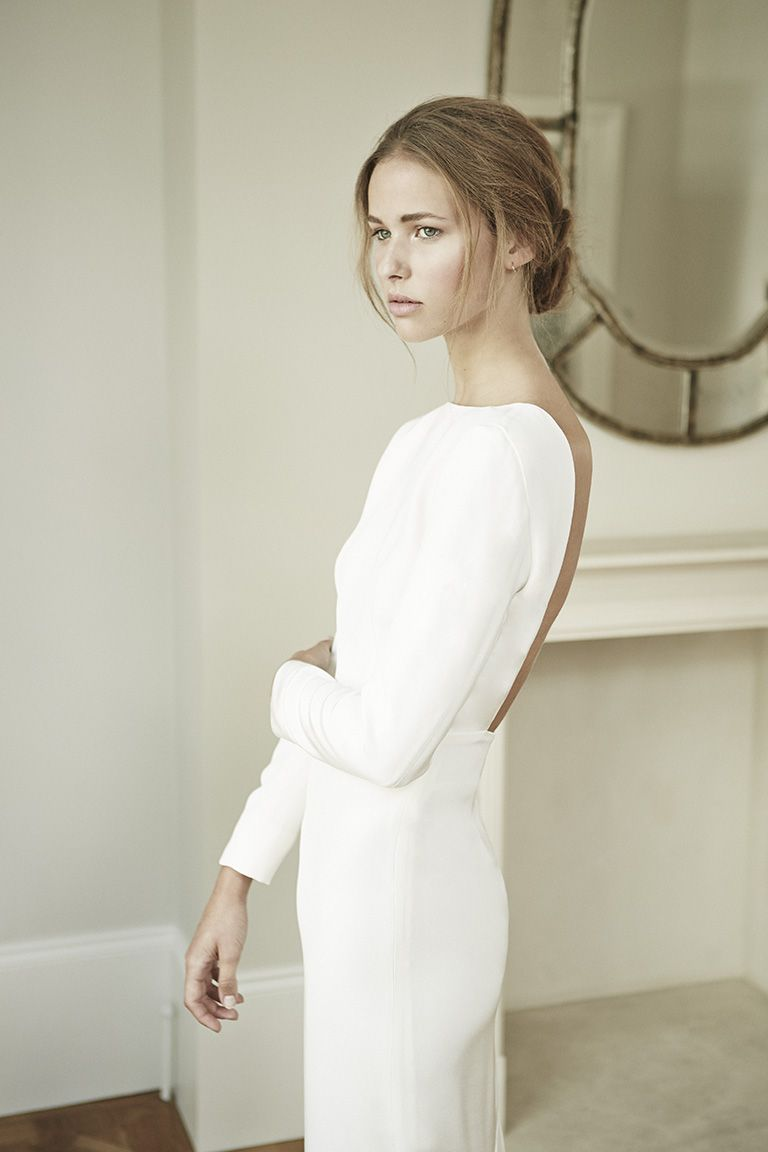 Minimalistisches rückenfreies Hochzeitskleid mit langen Ärmeln ...