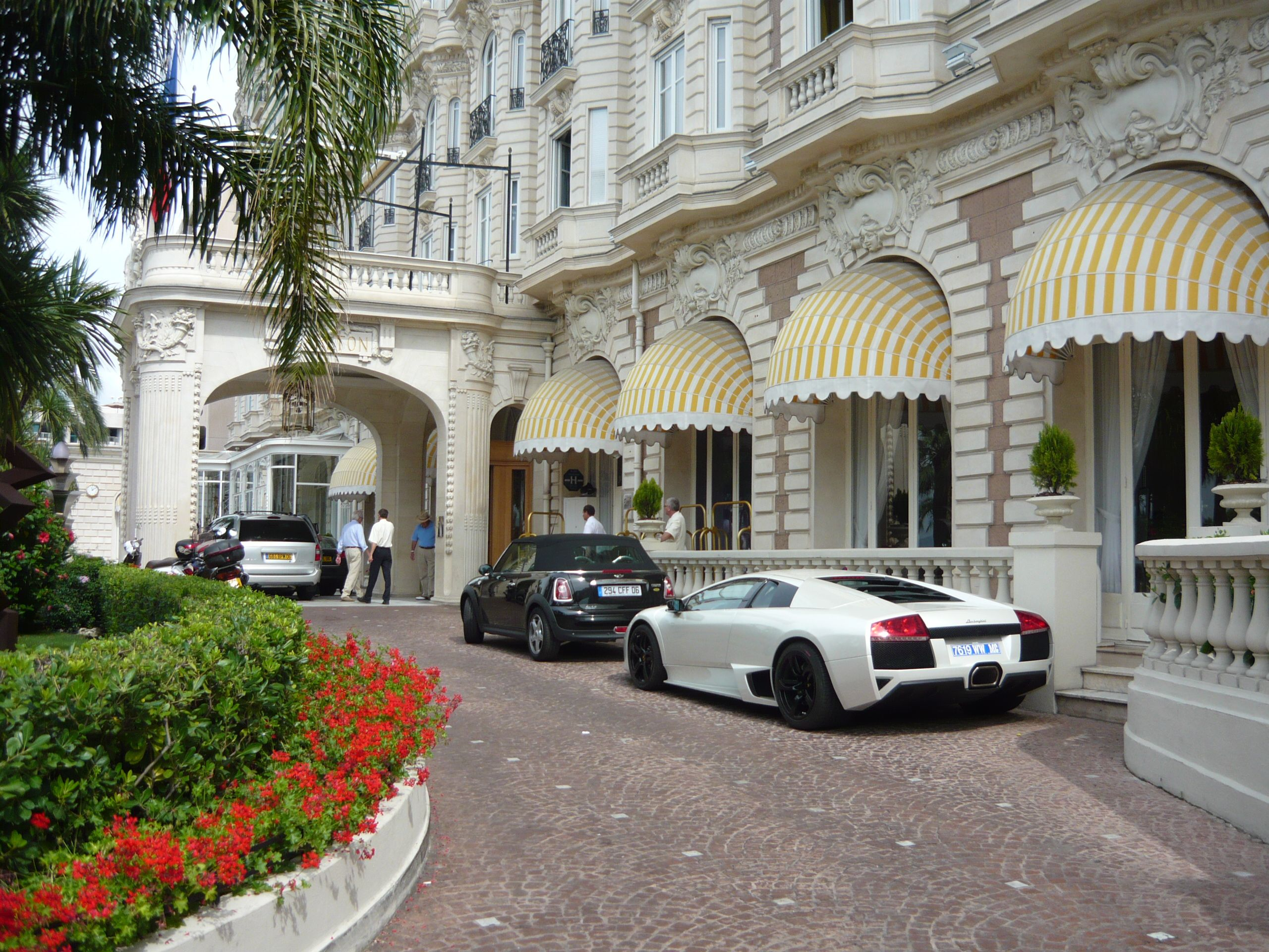 lamborghini parking in front of the hotel intercontinental. Black Bedroom Furniture Sets. Home Design Ideas