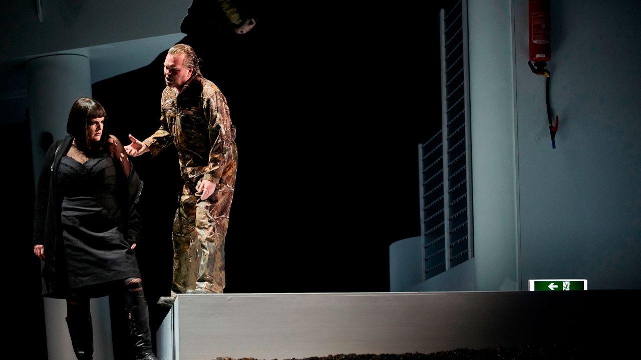 Der fliegende Holländer  Staatsoper Hannover HD (short version)  Romantische Oper in drei Aufzügen von Richard Wagner (1843/60) Dichtung vom Komponisten nach Heinrich Heines Aus den Memoiren des Herren von Schnabelewopski (1834) Der Holländer hat sich einst in die Stürme geworfen und sich über das menschlich Mögliche erhoben hat das Schicksal die Natur und Gott herausgefordert. Der Lohn für seine Hybris ist ein Fluch der es ihm nur noch alle sieben Jahre gestattet an Land zu gehen. Nur eine…