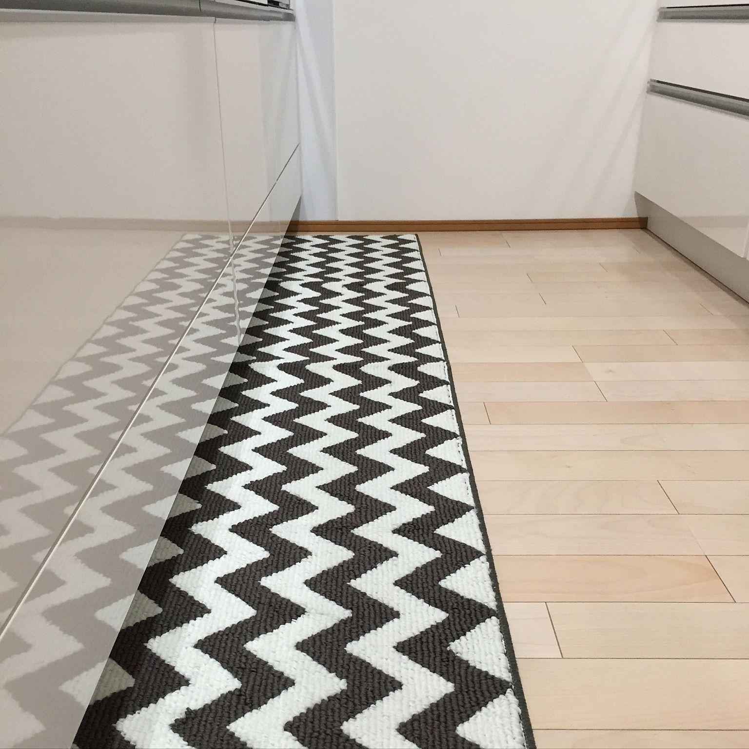 料理をもっと楽しく しまむらのキッチンマットでつくるおしゃれ 黒と白のモダンなデザインのキッチンマット Kuhnya