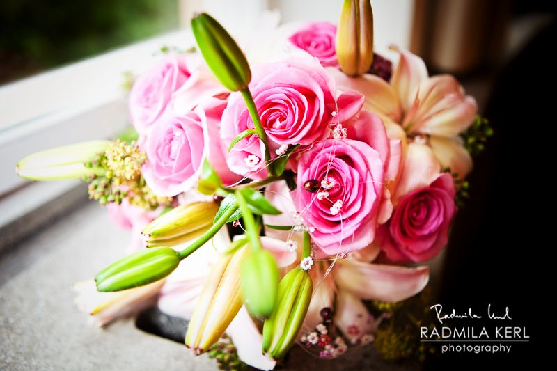 rose and green wedding flowers on window board by (c) radmila kerl wedding photography munich
