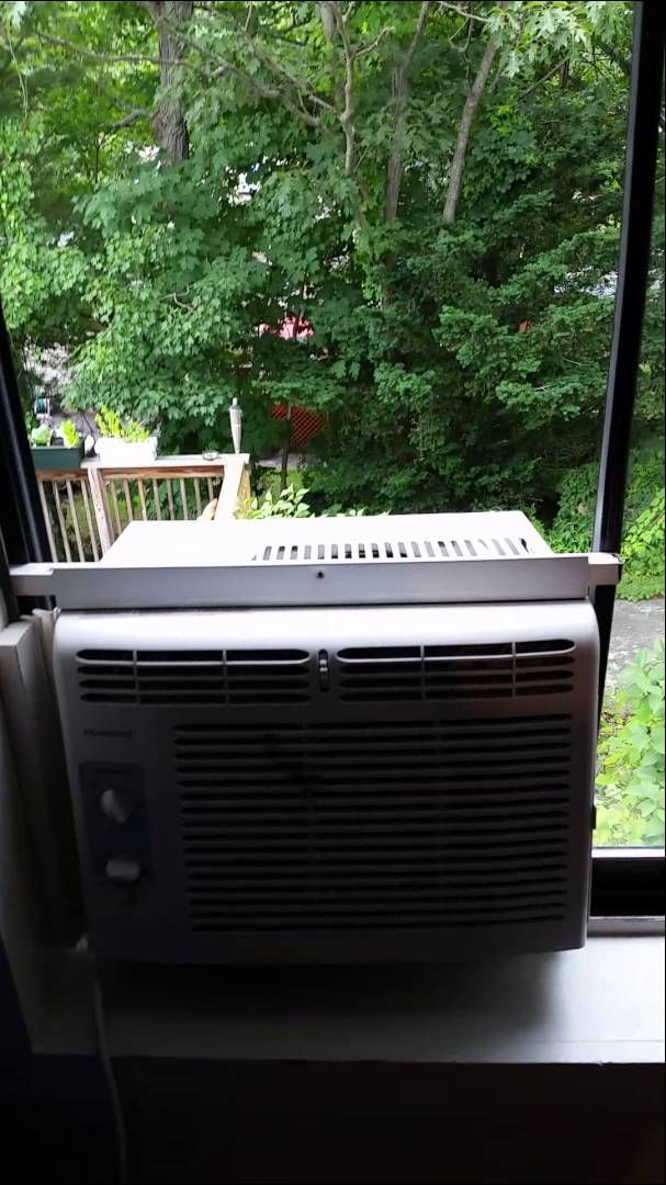 Install an air conditioner on a sliding window Air