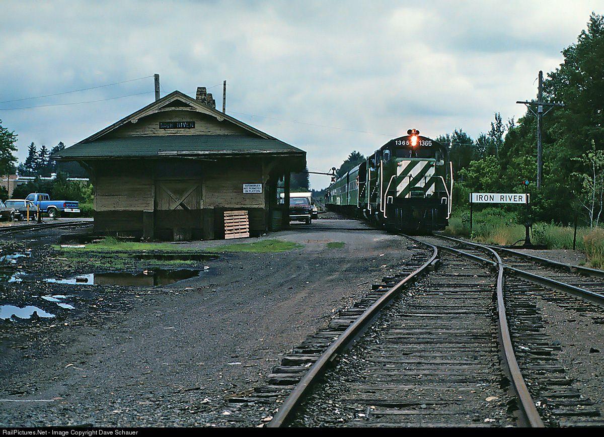railpictures net photo bn 1365 burlington northern railroad gp5