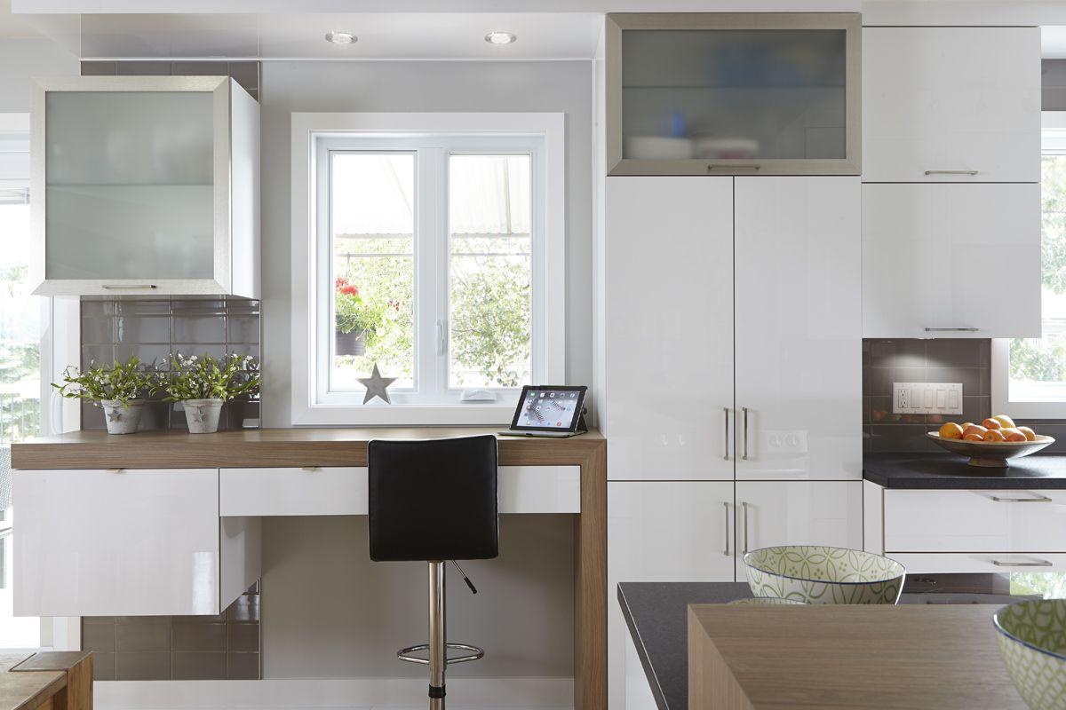 Rénovation De Cuisine De Style Moderne. Armoires De Cuisine En Acrylux  Blanc Agencées à Un