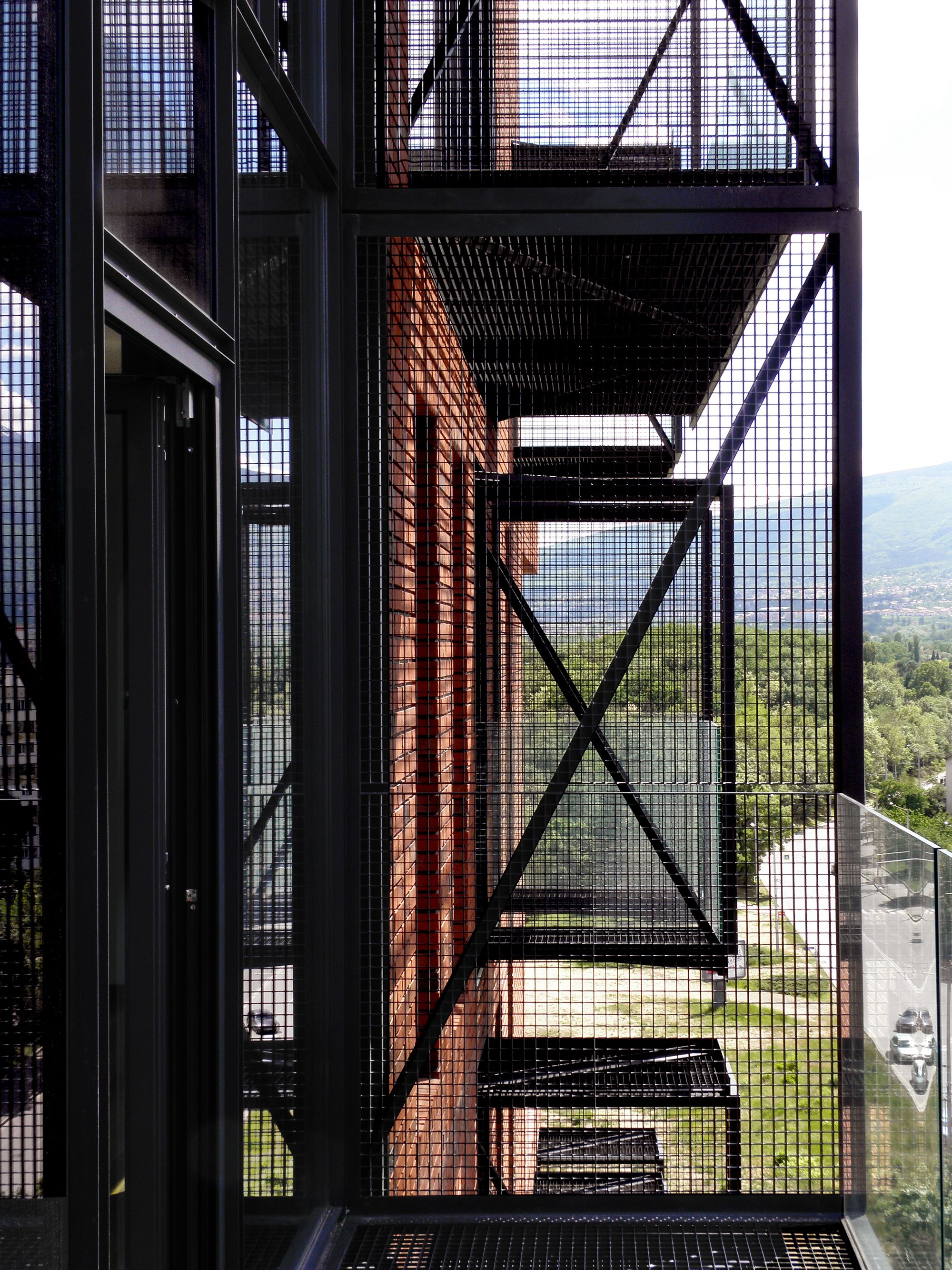 Edificio De Apartamentos Red Apple / Aedes Studio