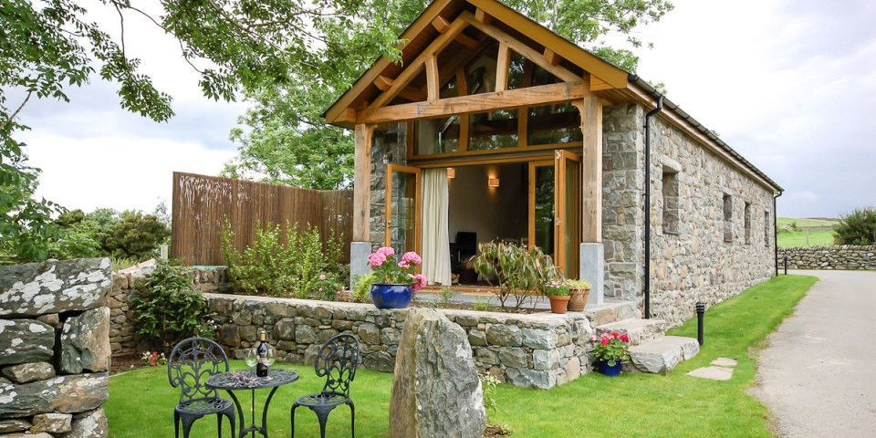 From Old Barn To Cozy Cottage Look Inside A Breathtaking Vacation Home Small Cottage Designs Holiday Cottage Converted Barn