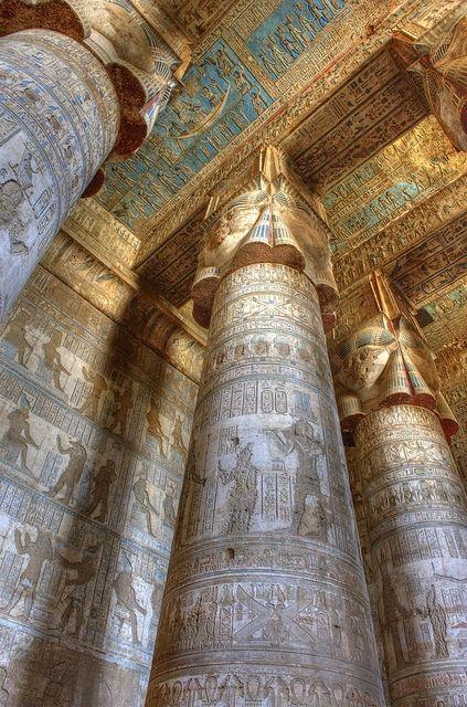 Escultura de bajorrelieve en pilares del Templo de Hathor Dendara.