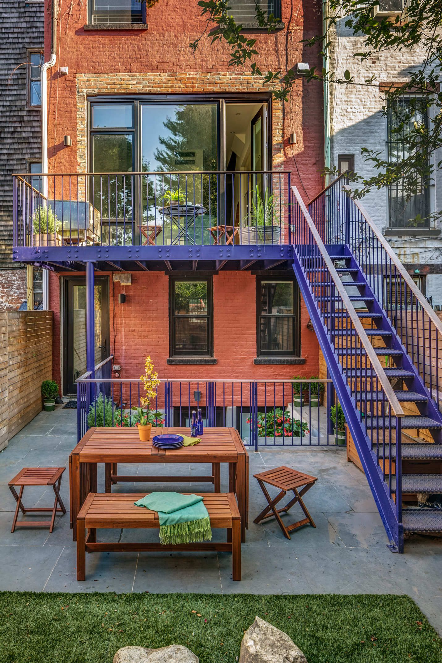Tour A Brooklyn Brownstone Transformed Into 3 Apartments For Grown Siblings Brooklyn Backyard Brownstone Townhouse Interior
