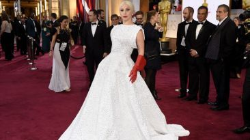 Lady Gaga llegó a la ceremonia con este extravagante vestido. Se necesitó la mano de obra de 25 personas y dos semanas para crearlo.