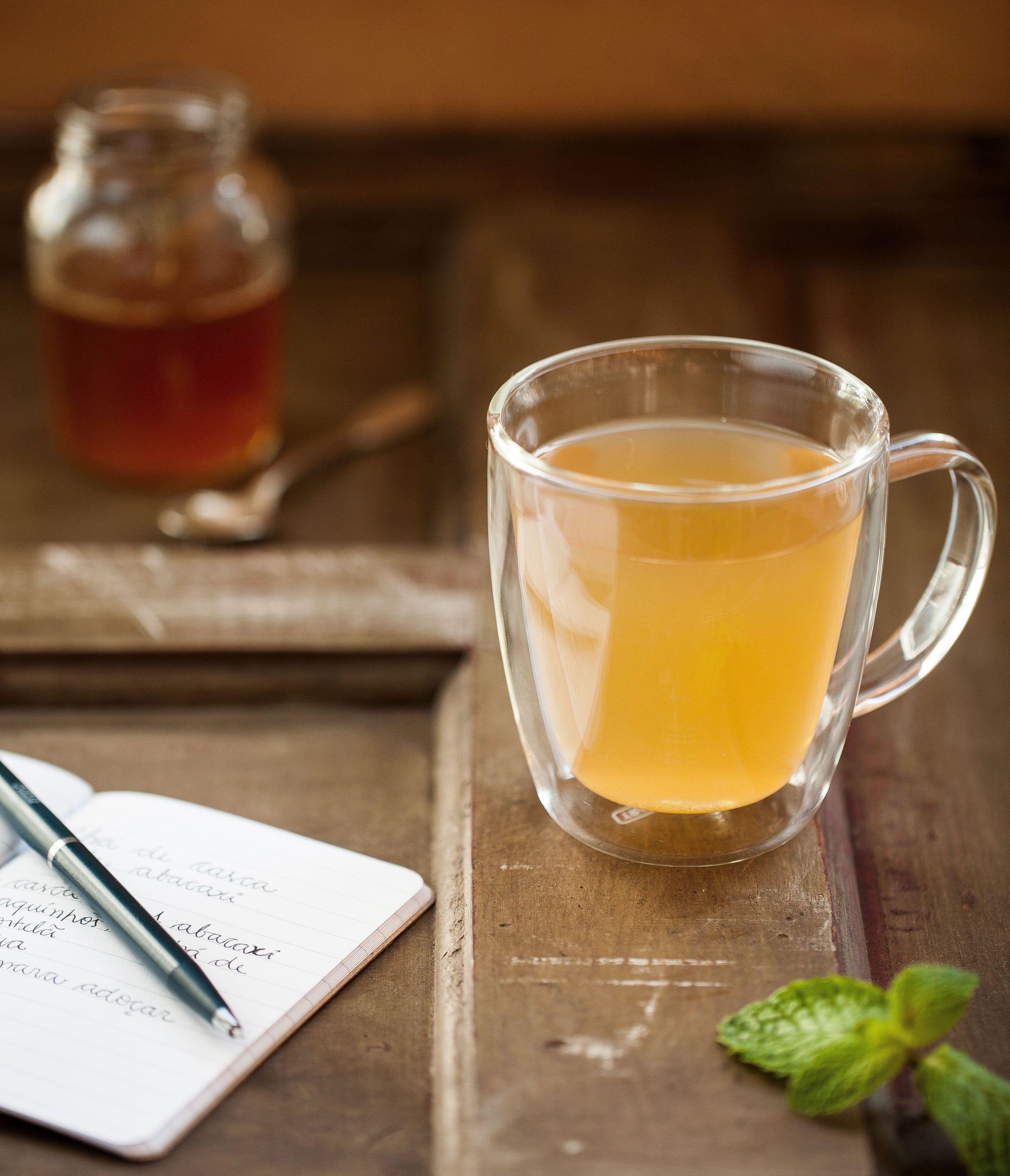 Chá de casca de abacaxi com hortelã | #ReceitaPanelinha: Quem disse que a combinação de abacaxi com hortelã só vai bem em suco? Experimente aproveitar as cascas da fruta e preparar um chá que, além de saboroso, é digestivo.