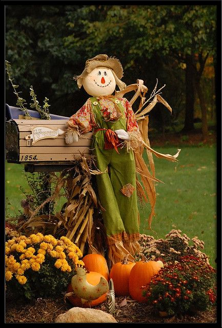 Neighbor scarcrow fall scarecrows scarecrows and corn husking - Deco halloween exterieur ...