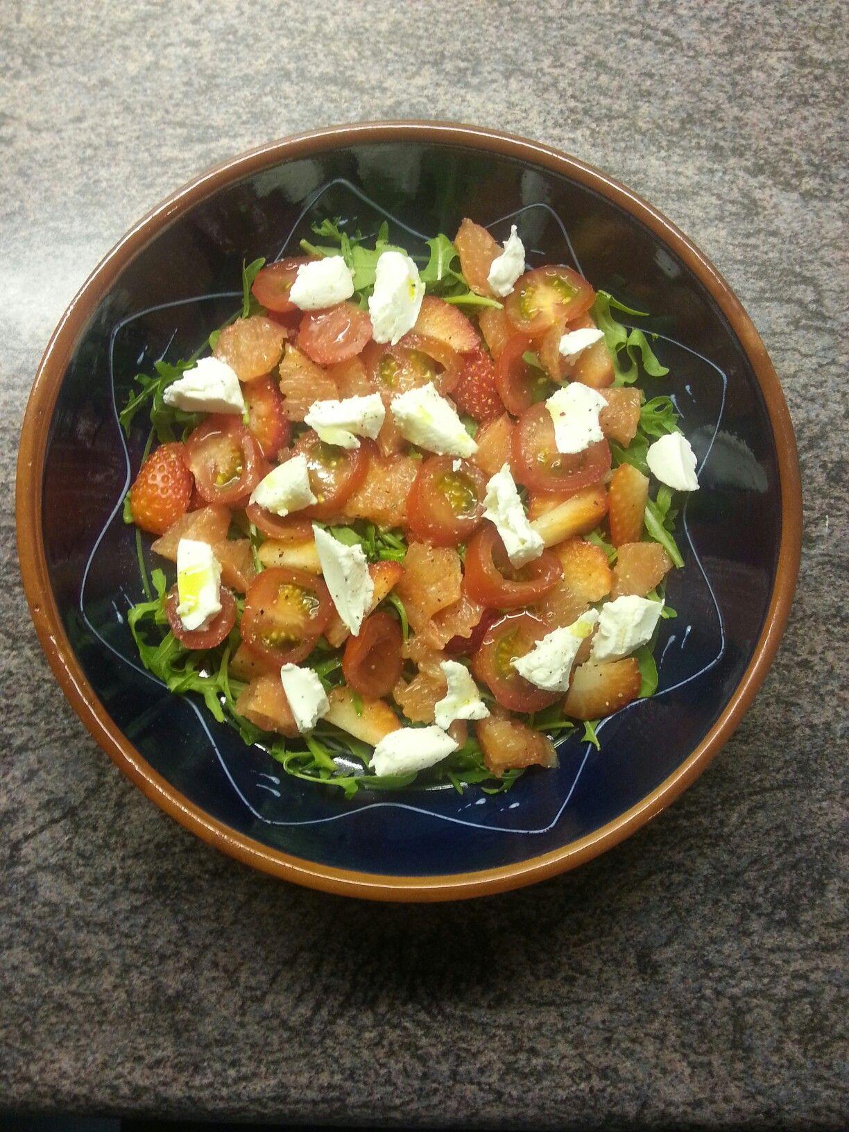 Rucola, grapefruit, aardbeien, cherry tomaatjes en geitenkaas.