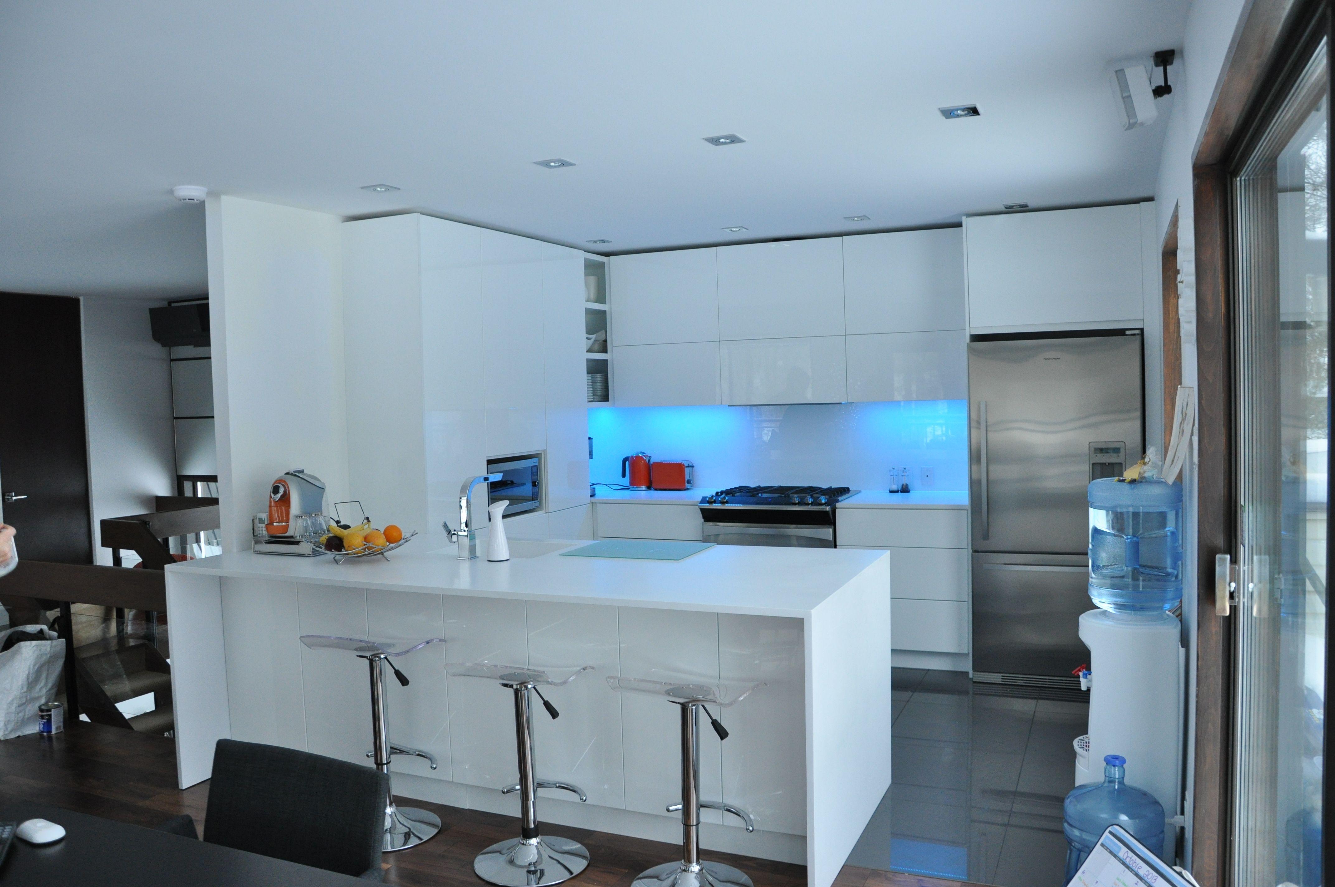voici une cuisine color e r alis e par cuisines nouvelles r mise en valeur par les produits d. Black Bedroom Furniture Sets. Home Design Ideas