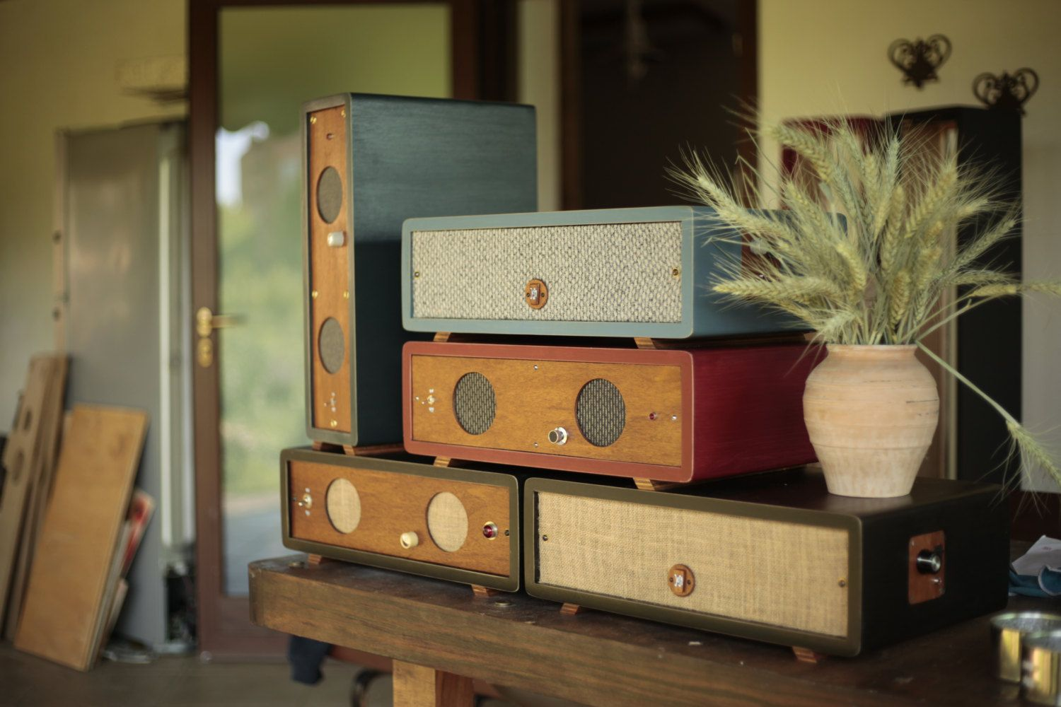 Visit: https://www.facebook.com/JesaOldFi It is an amplified stereo speaker system built from scratch, you can connect any device with rca to mini jack provided. NO BLUETOOTH! ONLY OLD DEAR MINIJACK. The structure is made of wood 16 mm mdf (or other types of wood on request) and the front in okumé marino, in a light transparent finish base low ecological fumes, but on request it is possible to give a flatting waterproof. The knobs control knobs and switches the bulbs are salvaged and…