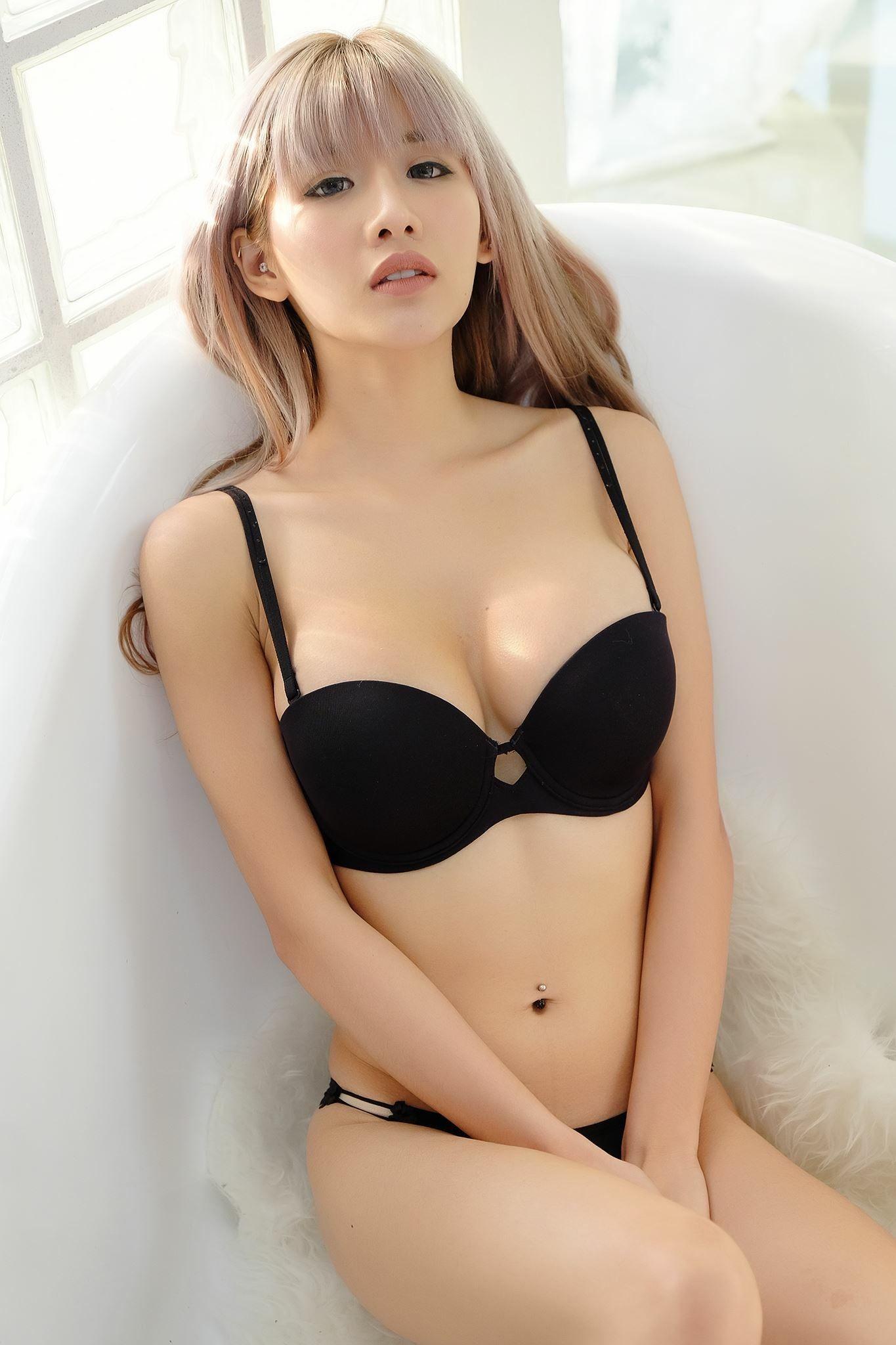 Asian milf upskirt 002