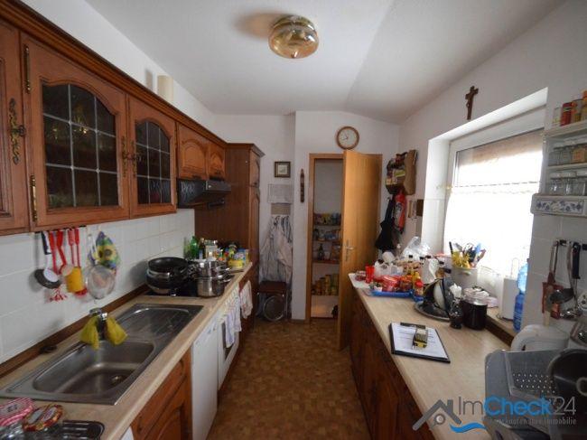 Die Küche des Bungalows ist ausreichend groß und durch das Fenster