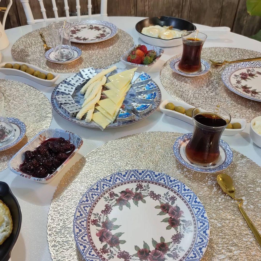 سحر الترتيب العراقية On Instagram مسائكم سعادة وامل حبيت اشاركم فطورنا الصباحي المتاخر وامسي عليكم واكلكم احبكم كومات اختكم سحر Table Settings Table Settings