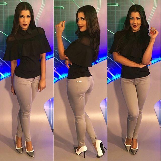 Lista para @telenoticiasrd #look de  #claravip #bellavistamall by @claraimportaciones  estilismo de @natanaellinares ✨ maquillaje de @mayimakeup Zapatos de @styleclosetrd  Ready for #news show! Prete pour #telenoticias .... Outfit---> @claraimportaciones  Stylist ---> @natanaellinares ✨ makeup---> @mayimakeup  shoes---> @styleclosetrd