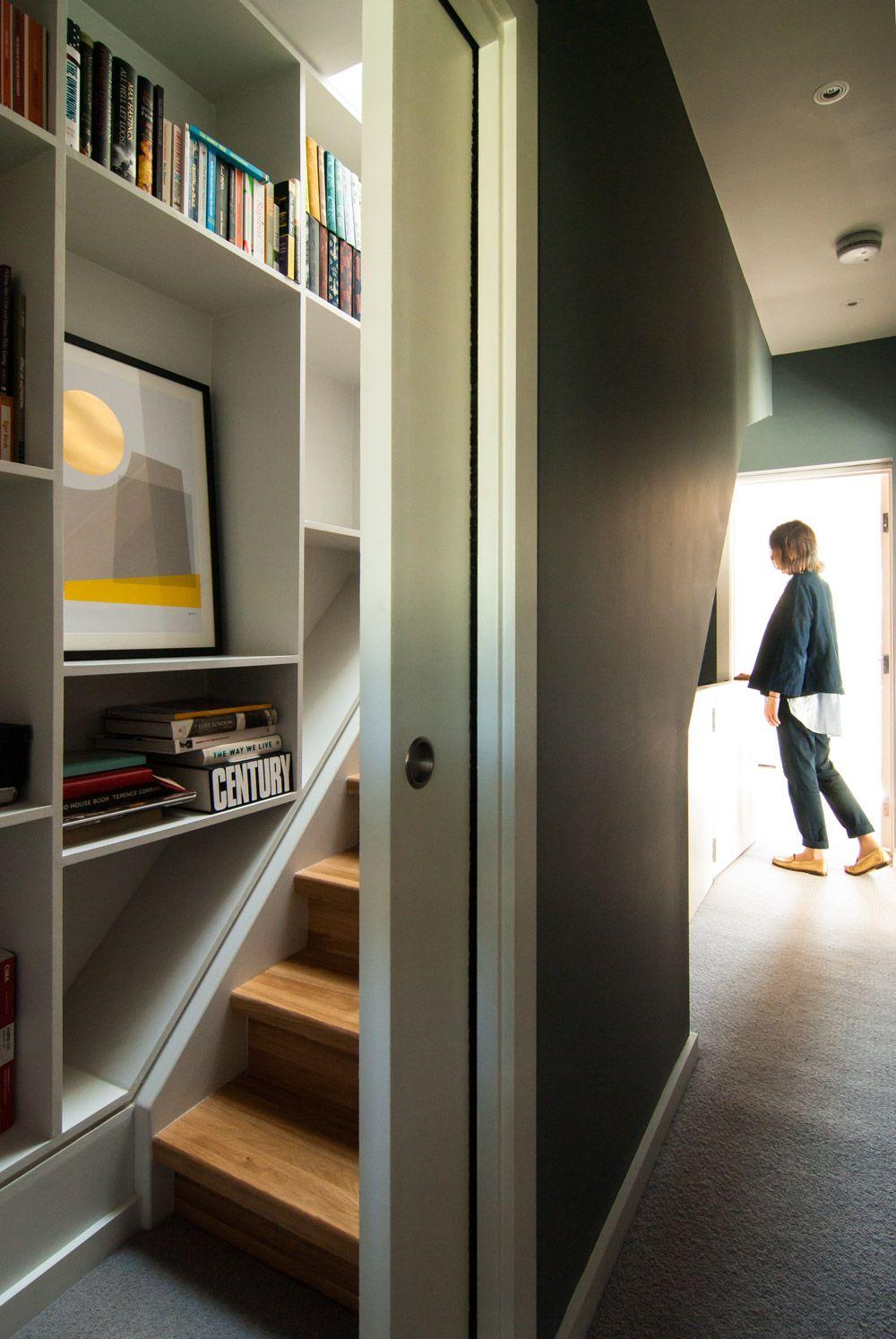 Photo of Loft Stairwell verdeckte Tür Loft-Erweiterung Maßgeschneiderte Regale Brockley Terrace R …