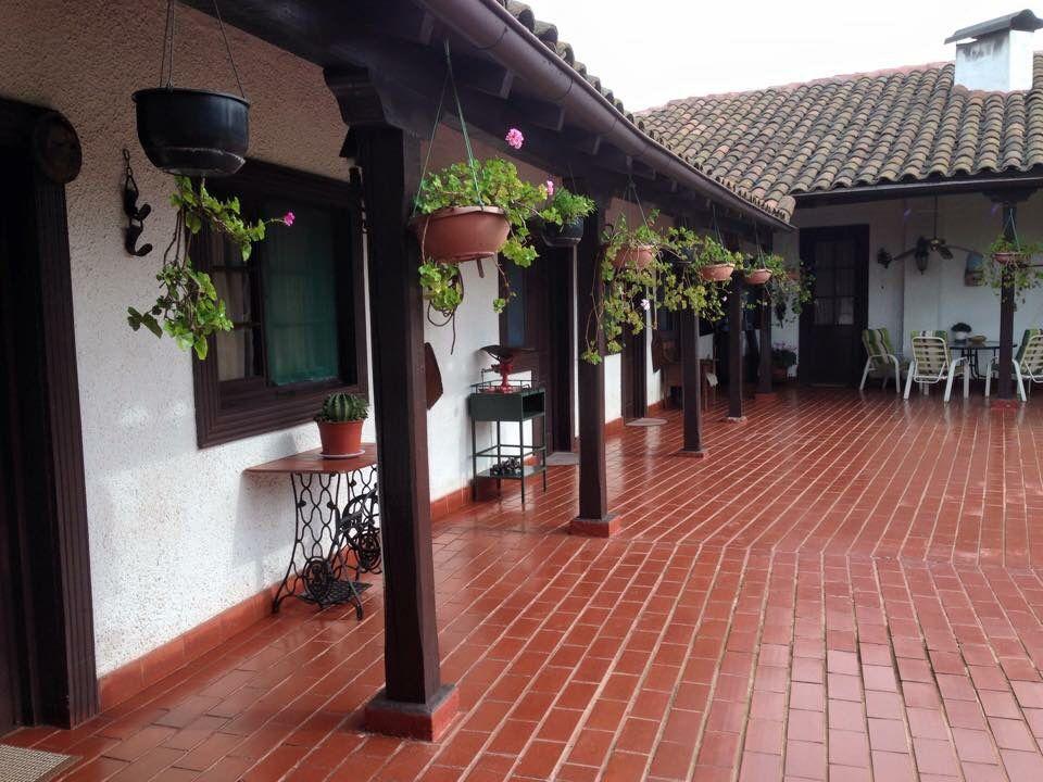 Parte del corredor que rodea la casa arquitectura for Ver decoraciones de casas