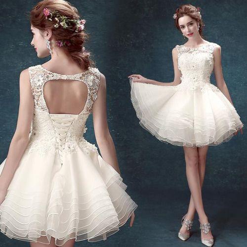O que vestir numa formatura, festa de aniversário de 15 anos: Vestido branco de tule e renda. Coroa de flores.