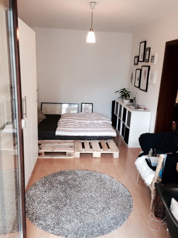 zimmer mit paletten bett in sch ner moderner wohnung in. Black Bedroom Furniture Sets. Home Design Ideas