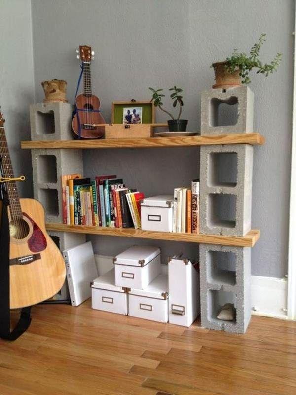 Biblioteca hecha con bloques de cemento y tablas Shelves
