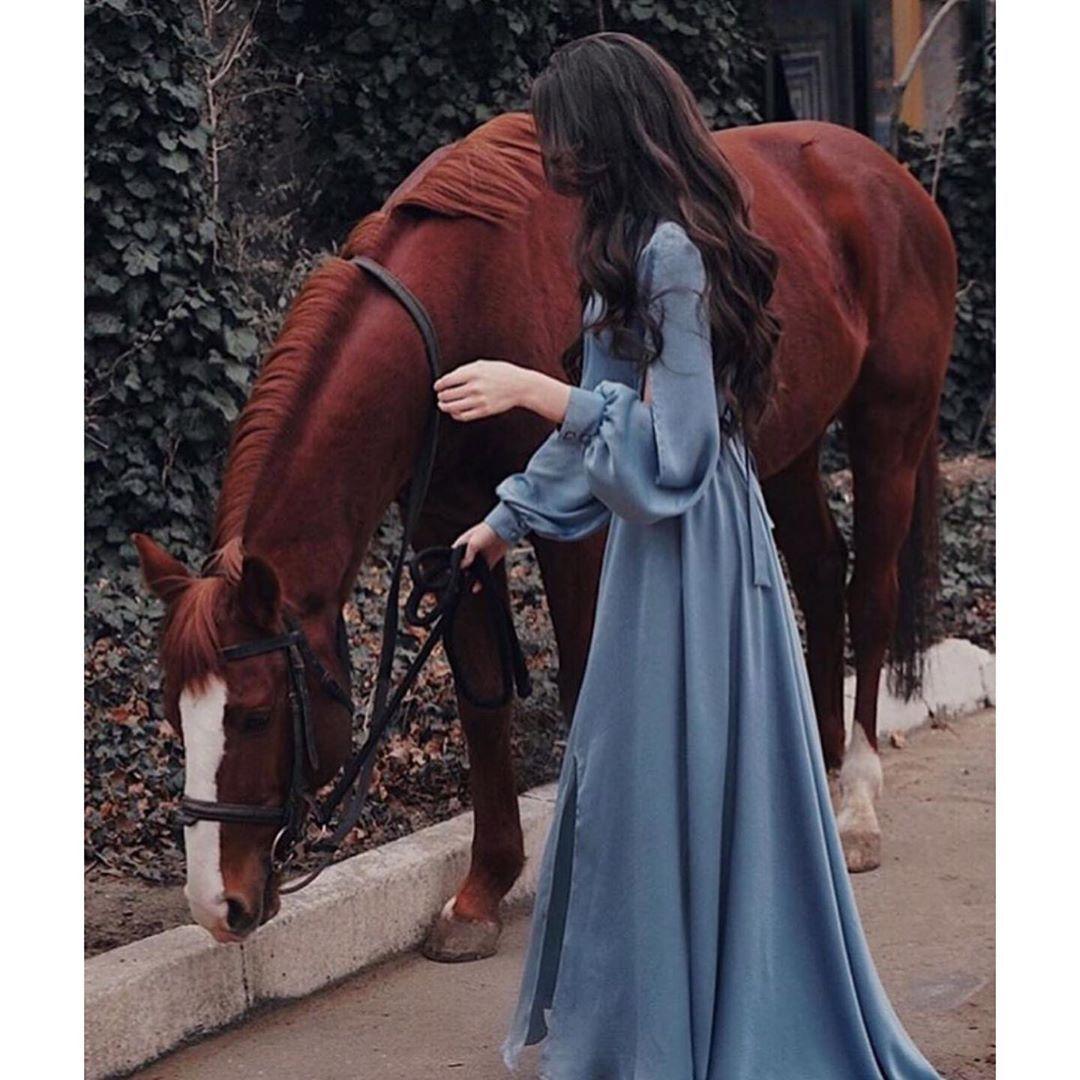 هل علينا أن ن خبر الاشخاص الجميلين كم ان الحياة م شعة بهم ام إننا نكتفي بتأملهم Stylish Girl Pic Girl Photo Poses Horse Girl Photography