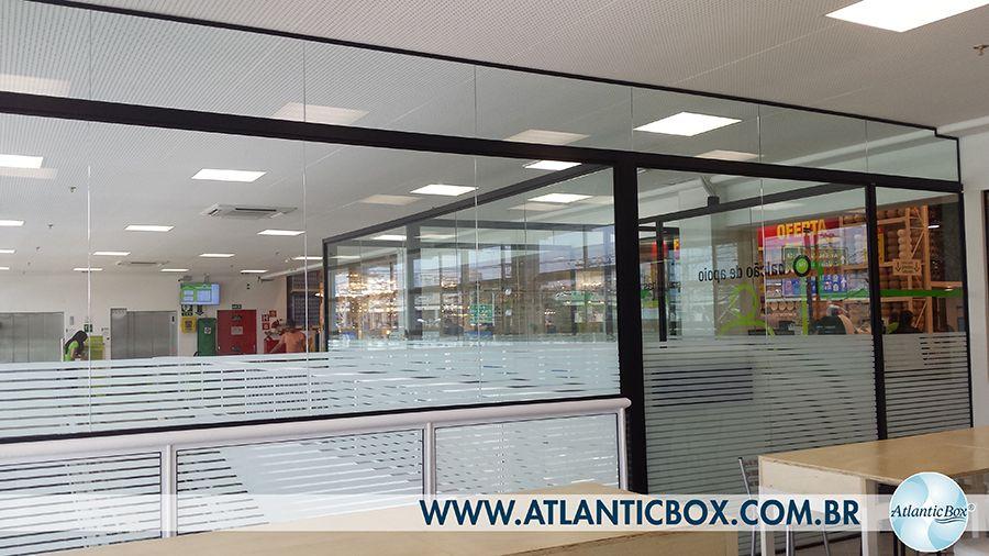 4fe54b0f98643 Divisórias de vidro temperado realizada pela vidraçaria AtlanticBox na loja  Leroy Merlin unidade Jaguaré  vidracaria  vidraçaria  atlanticbox