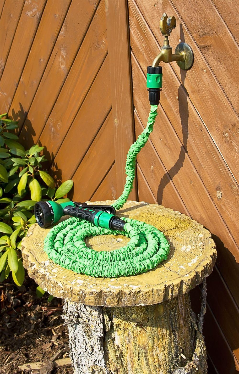 Der Flexible Gartenschlauch Ist Sehr Platzsparend. Wenn Wasser  Hindurchfließt, Dehnt Er Sich Aus.