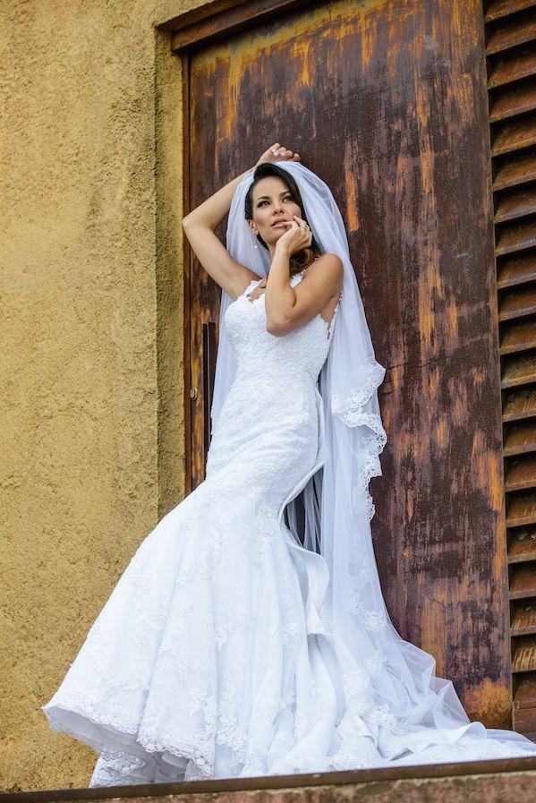"""Mais uma foto linda do meu vestido de casamento. Ameei cada detalhe e eu conto tudo no meu blog na sessão """"Organizando meu Casamento"""" www.pausaparavaidade.com #BlogPPV #pausaParaVaidade #noiva #vestidoDeNoiva #wedding #bride"""