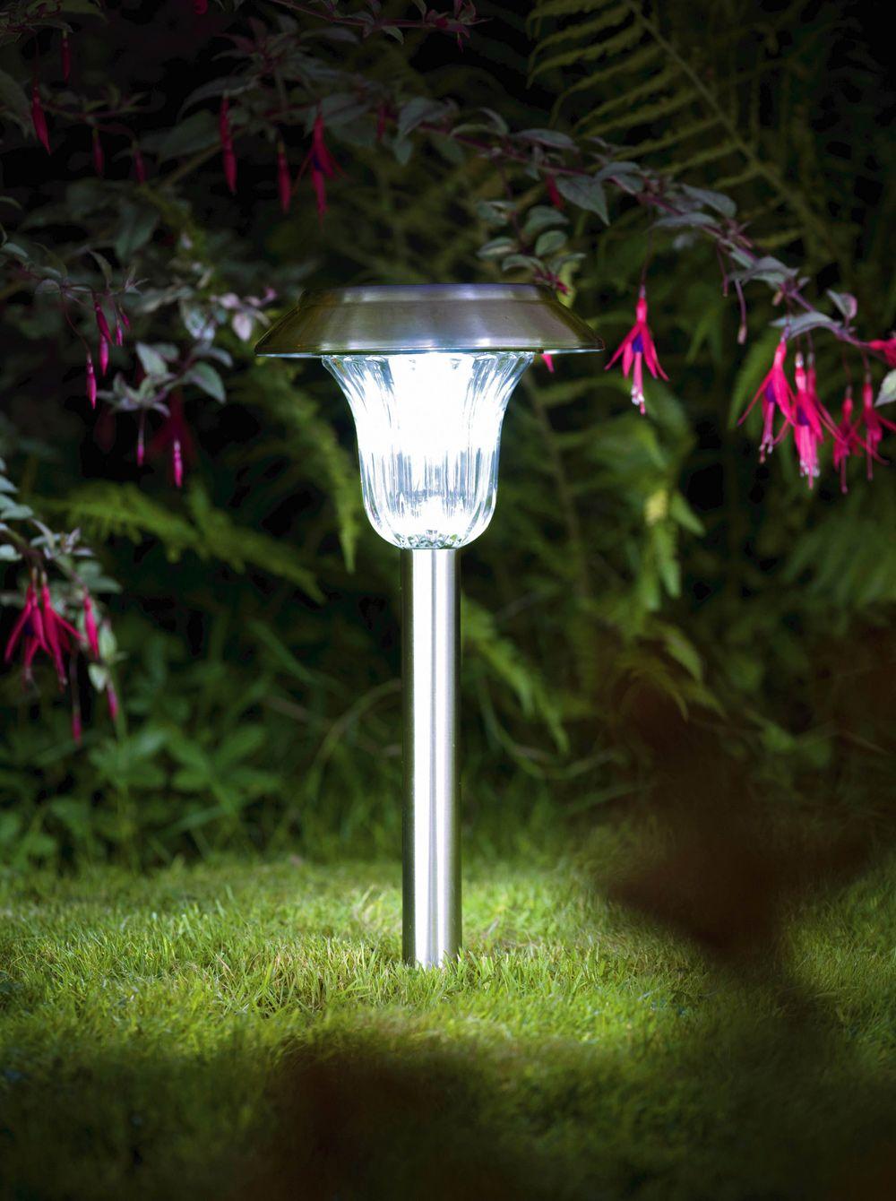 un lampioncino da giardino illuminato da una lampada led