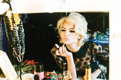 11 Signs You're Addicted To Make Up