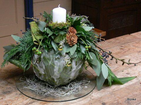kaarsvetbol opgemaakt met kerstdecoratie