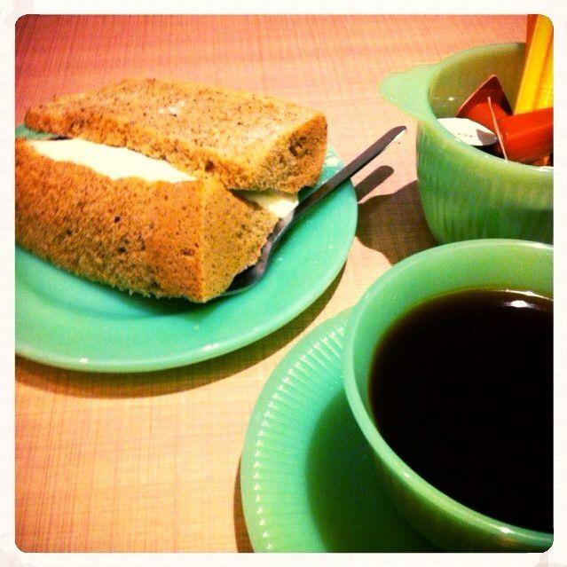今日は客先で前向きな打ち合わせが出来たんで、シフォンケーキ食べながら、議事録作成☕️ - 74件のもぐもぐ - シフォンケーキとコーヒー@姫路 by Fumi