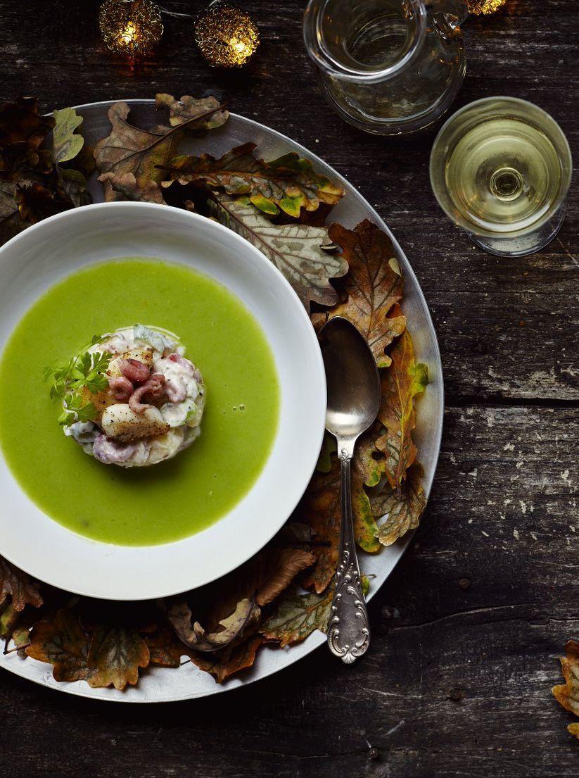 Een overheerlijke erwtensoep met een remoulade van tongschar en garnaal, die maak je met dit recept. Smakelijk!