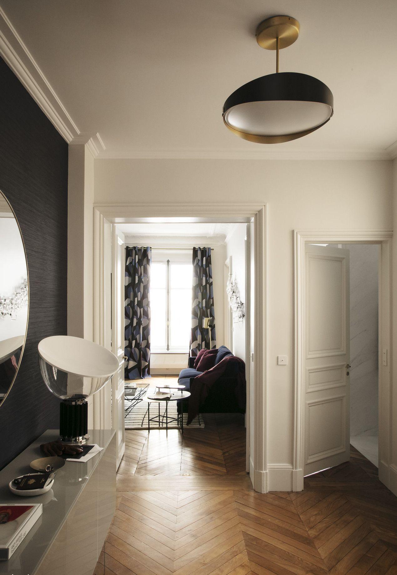 Un Canape Velours Bleu Nuit Dans Un Appartement Parisien