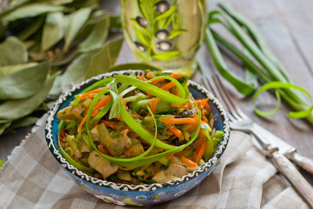 салат с сердцем и грибами жареными