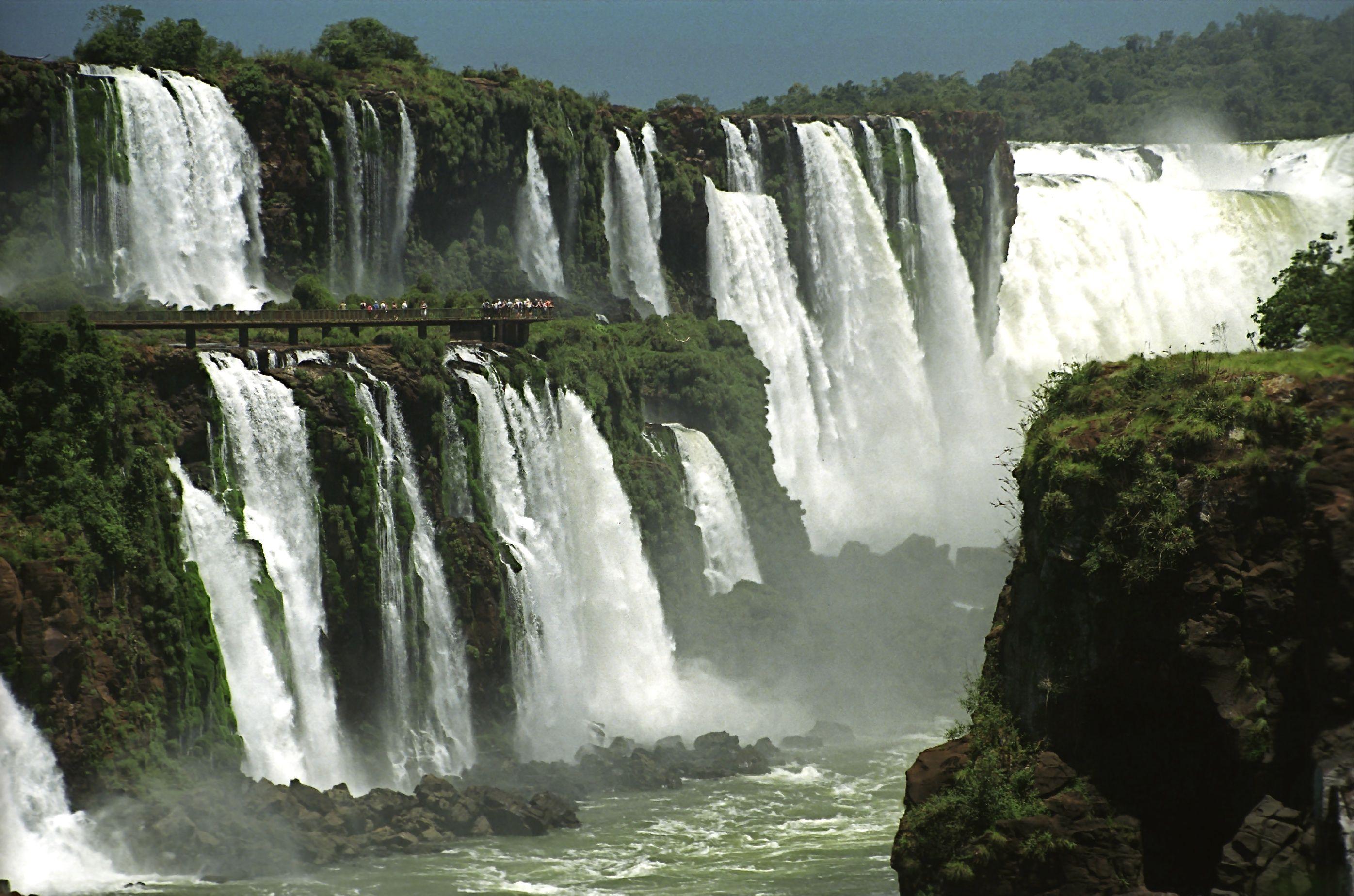 En esta foto se muestra una foto de cataratas de Iguazu que es uno de los atractivos turísticos ubicados en Argentina. Un hecho interesante acerca de este lugar es que las cataratas dividen el río en la parte superior e inferior Iguazu.