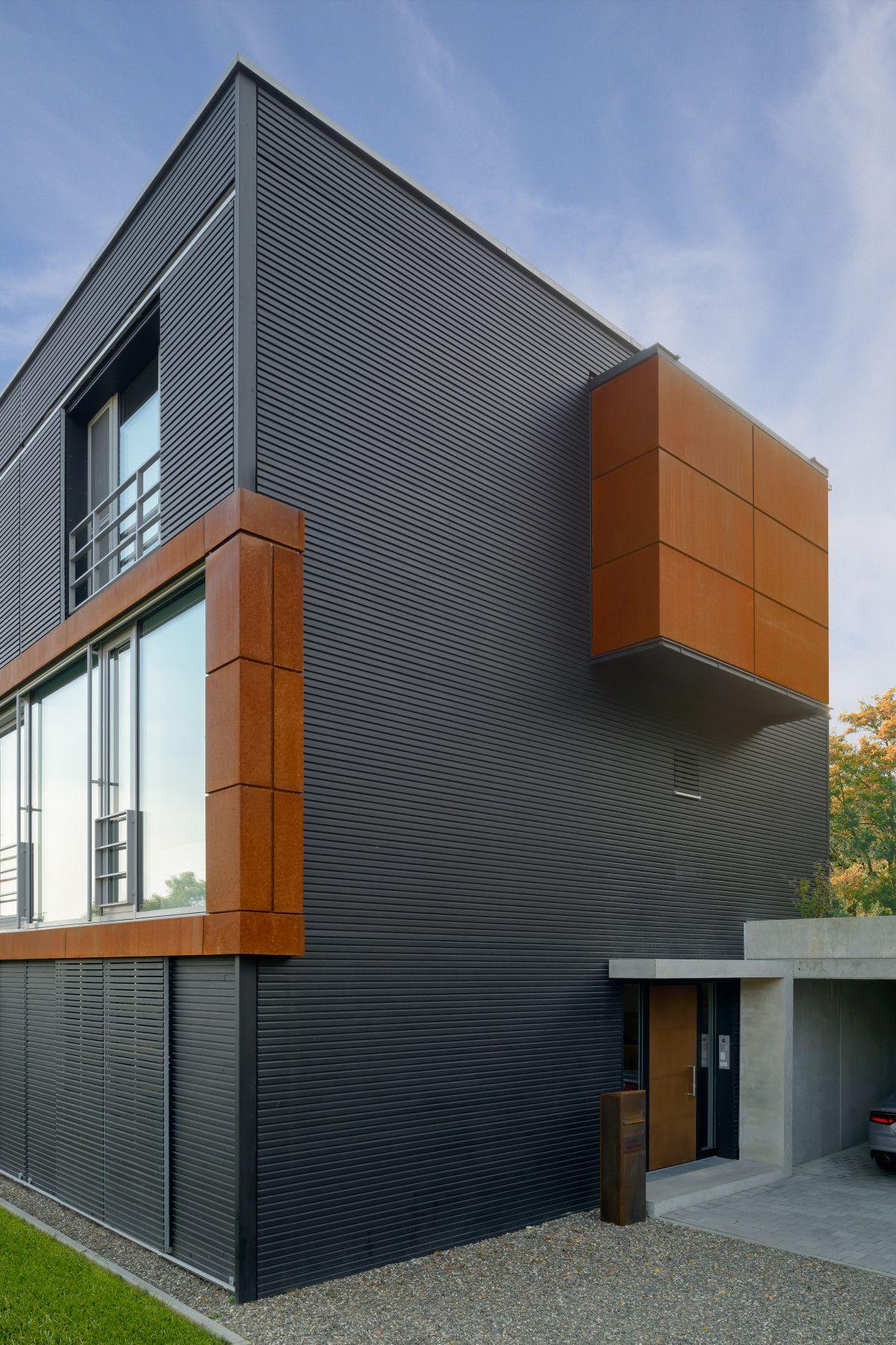 architektur detail fassade haus pawliczec von baufritz holzfassade schwarz matt erker aus. Black Bedroom Furniture Sets. Home Design Ideas