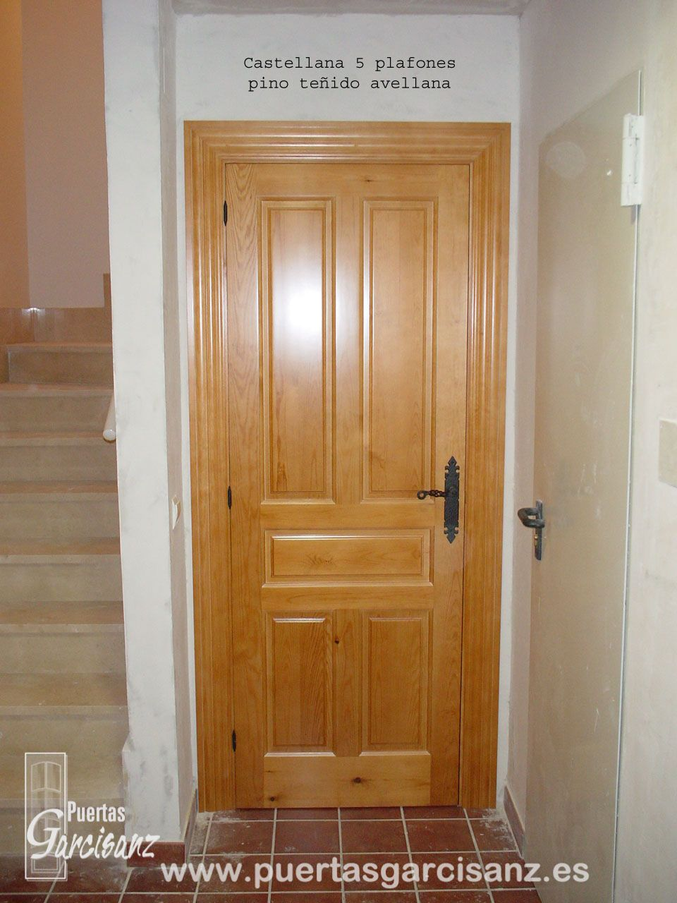 Instalaci n de puerta en madera de pino macizo te ido for Puertas color pino