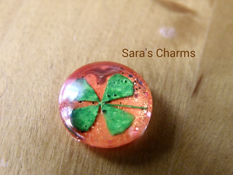 4 Cabochons echter Klee orange glitzer 12 mm von Sara´s Material Shop auf DaWanda.com