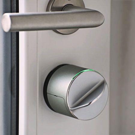 Med Danalock V3 koblet sammen med en Z-Wave sentral kan du låse og låse oppfra din mobil uansett hvor i verden du måtte befinne deg. Har du den også paret til din mobil med blåtann vilDanalock merke når du (din mobil) er i nærheten og låse opp døren. Fint åslippe å sette ned handleposene for å finne nøkkelen. Motta melding når døren blir låsteller låst opp.Du kan også dele tilgang til lås via epost eller SMS. Nyttig om huset eller hytten skal benyttes av andre. Kommuniserer…