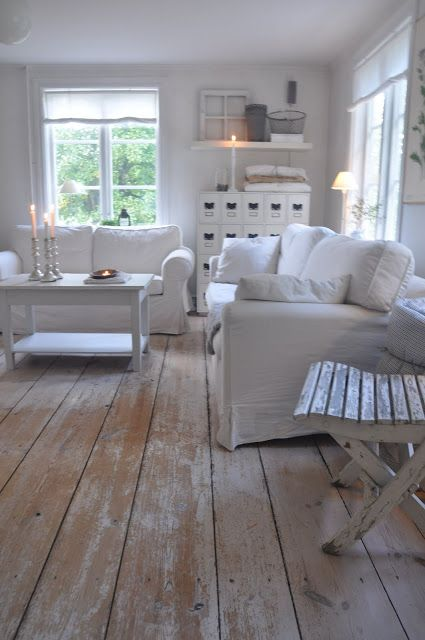 Very pretty shabby white living room i love this floor for Minimalistische wohnungseinrichtung