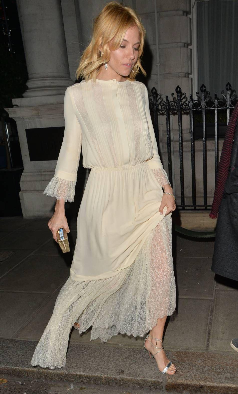 c04619d57736 Sienna Miller adopte une ravissante robe au style rétro très romantique. On  adore !