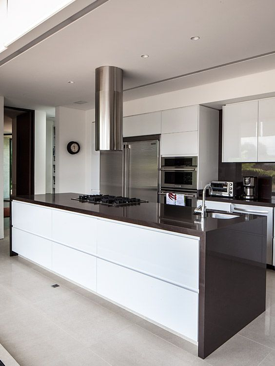 Vista de la cocina con las puertas en acero que la rodean, abiertas