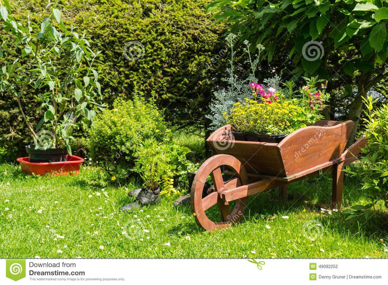 Decoração Do Carrinho De Mão No Jardim Foto de Stock - Imagem ...