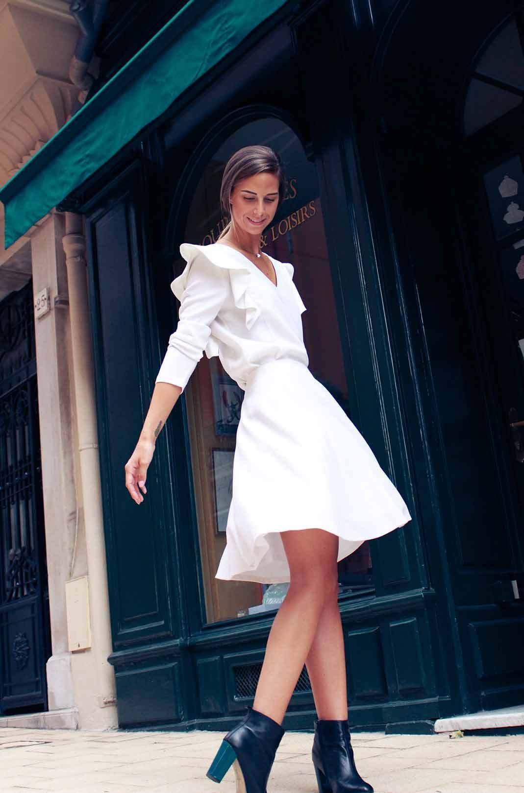 f67633dd689 La petite robe blanche élégante avec épaulettes et volants par Atode